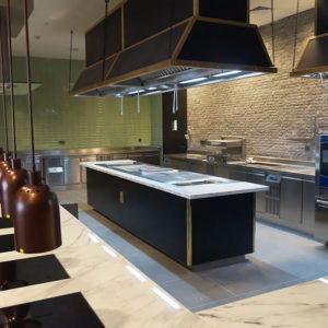 Тепловое оборудование для кухни ресторана и кафе. Отель Hilton 5*, ресторан «All Dining Restaurant», Киев. На фото тепловой технологический остров Molteni, пароконвектомат TouchLine Electrolux Professional.