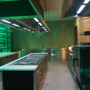 Открыть ресторан с нуля с профессиональным кухонным оборудованием от Profitex. Отель Hilton 5*, ресторан «All Dining Restaurant», Киев. На фото тепловой технологический остров Molteni, оборудование Electrolux Professional.