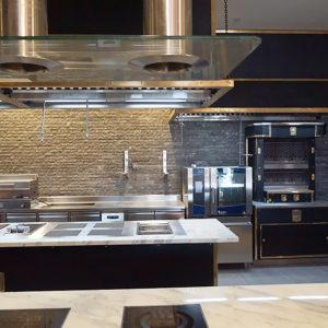 Открыть ресторан с нуля с профессиональным кухонным оборудованием от Profitex. Отель Hilton 5*, ресторан «All Dining Restaurant», Киев. На фото тепловой технологический остров Molteni, пароконвектомат TouchLine Electrolux Professional.
