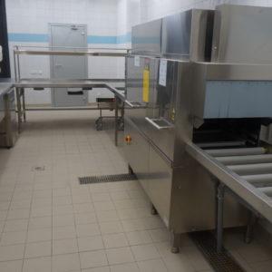 Посудомоечное оборудование большой загрузки для профессиональной кухни ресторана. Отель Hilton 5*, ресторан «All Dining Restaurant», Киев. На фото посудомоечный цех, оснащенный посудомоечной машиной конвейерного типа Electrolux.