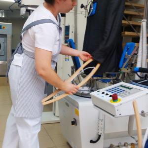 Финишное оборудование для промышленной прачечной, химчистки, аквачистки. Сеть аквачисток «Green Way Lagoon», Киев. На фото пароманекен для рубашек и верхней одежды Electrolux.