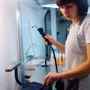 Оборудование для химчистки, аквачистки и промышленной прачечной. Сеть аквачисток «Green Way Lagoon», Киев. На фото пятновыводной стол Electrolux.