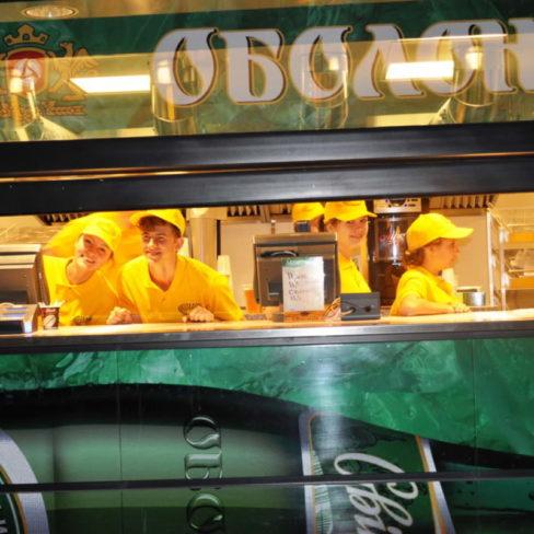 Комплексная поставка оборудования для ресторанов, фастфудов, кафе. Стадион Олимпийский, Киев. На фото кассовая зона точки фастфуда.
