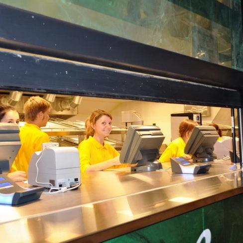 Все виды кухонного оборудования для ресторанов, фастфудов, кафе. Стадион Олимпийский, Киев. На фото кассовая зона точки фастфуда.