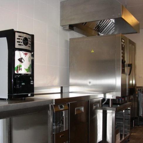 Специализированное кухонное оборудование для фастфуда, ресторана, кафе и пиццерии. Стадион Олимпийский, Киев. На фото профессиональная кофемашина, пароконвекционная печь Zanussi Pofessional EasyPlus.