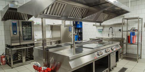 Оснащение кухни ресторана и кафе профессиональным оборудованием от Profitex Украина. Ресторан CICADA Kitchen & Wine Bar, Украина, Днепр. На фото тепловое модульное оборудование Modular (островная единица), пароконвекционная печь Rational.