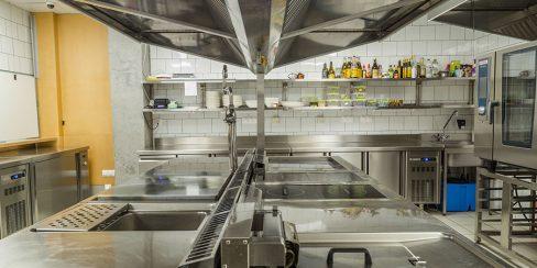 Тепловое и холодильное оборудование для кухни ресторана, закусочной, фастфуда, бара, кафе. Ресторан CICADA Kitchen & Wine Bar, Украина, Днепр. На фото тепловое модульное оборудование Modular (островная единица), пароконвекционная печь Rational.