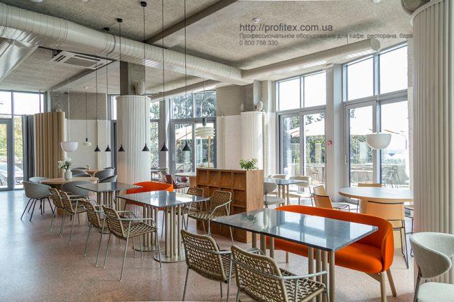 Комплексное оснащение кухни ресторана и бара профессиональным оборудованием. Ресторан CICADA Kitchen & Wine Bar, Украина, Днепр. На фото интерьер зала ресторана.