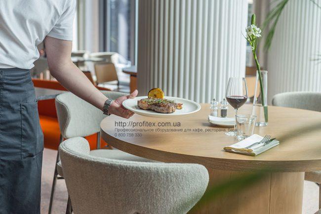 Подбор и установка профессионального оборудования для ресторана, кафе и бара. Ресторан CICADA Kitchen & Wine Bar, Украина, Днепр. На фото подача блюда из меню ресторана.