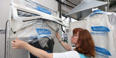 Оборудование для упаковки одежды для химчистки и аквачистки. Студия чистки одежды Green Way, Украина, Киев. На фото упаковочная машина Hawo Германия.