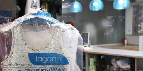 Профессиональное упаковочное оборудование для одежды в прачечной, химчистке, аквачистке. Студия чистки одежды Green Way, Украина, Киев. На фото изделие в индивидуальной упаковке, готовое к выдаче клиенту.