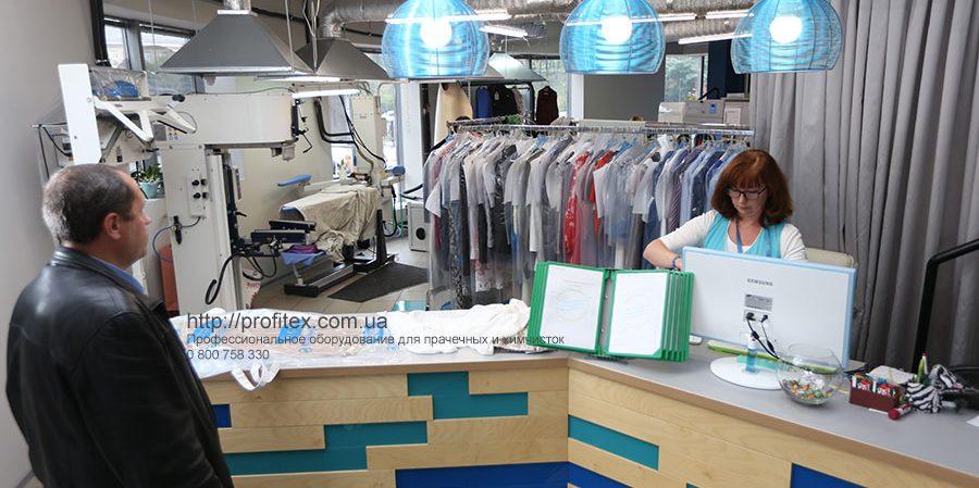 Оборудование для прачечных, химчистки, аквачистки. Студия чистки одежды Green Way, Украина, Киев. На фото зона приема клиентов.