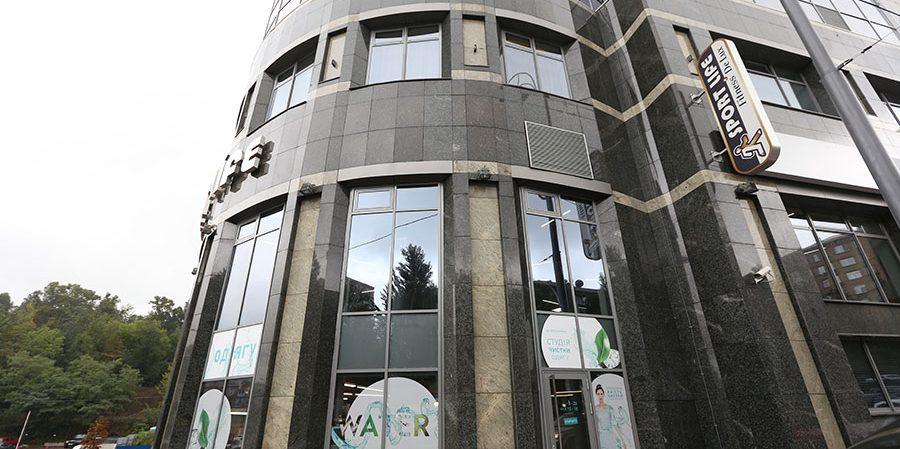Оборудование для химчистки и аквачистки от PROFITEX. Студия чистки одежды Green Way, Украина, Киев. На фото вход в студию чистки.