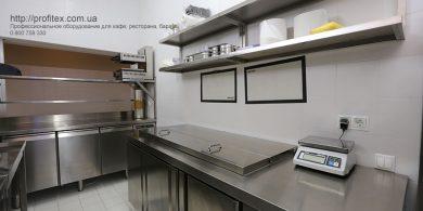 Холодильное оборудование для профессиональной кухни ресторана и бара. Отель Ibis Вокзал, Украина, Киев. На фото холодильный стол саладетта ME1960 3P INFRICO Испания, холодильный стол трехдверный MODULAR Италия, весы CAS.