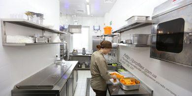 Профессиональное оборудование для ресторана, кафе и бара. Отель Ibis Вокзал, Украина, Киев. На фото холодильный стол саладетта ME1960 3P INFRICO Испания, настольные весы CAS, стерилизатор для ножей Sammic EC-30.