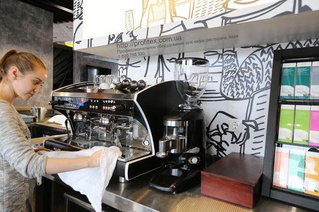 Профессиональное оборудование для приготовления кофе и чая. Отель Ibis Вокзал, Украина, Киев. На фото кофемашина автоматическая Wega Polaris Италия.