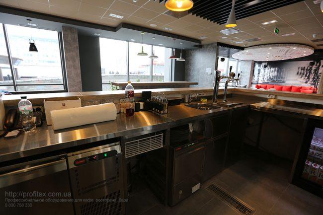 Профессиональное оборудование для бара, ресторана, кафе при отеле и гостнице. Отель Ibis Вокзал, Украина, Киев. На фото холодильные столы MODULAR Италия.