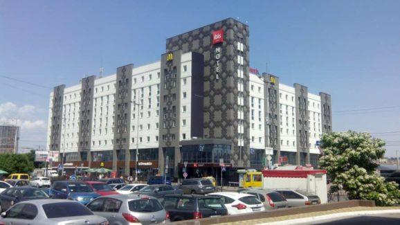 Комплексное оснащение профессиональной кухни ресторана при отеле и гостинице. Отель Ibis Вокзал, Украина, Киев. На фото вход в отель.