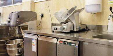 Оборудование для заведений общественного питания от Profitex Украина. Отель Semarah Lielupe, Латвия, Юрмала. На фото холодильный стол двухдверный MODULAR Италия, слайсер Sirman Италия, планетарный миксер Sirman Италия.