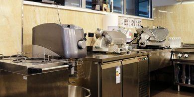 Комплексная поставка оборудования для профессиональной кухни ресторана. Отель Semarah Lielupe, Латвия, Юрмала. На фото холодильный стол двухдверный MODULAR Италия, слайсер Sirman Италия, планетарный миксер Sirman Италия, диспенсер для тарелок.