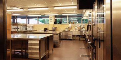 Проектирование ресторана, кафе, фастфуда, бара согласно технологическому заданию компанией Profitex Украина. Отель Semarah Lielupe, Латвия, Юрмала. На фото холодильные столы MODULAR Италия, тепловое модульное оборудование MODULAR Италия, слайсер Sirman Италия, планетарный миксер Sirman Италия, диспенсер для тарелок, пароконвекционные печи на 20 и 10 уровней RATIONAL Германия.