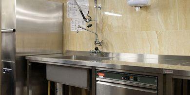 Оснащение кухни бара и ресторана профессиональным оборудованием от Profitex Украина. Отель Semarah Lielupe, Латвия, Юрмала. На фото машина посудомоечная фронтальная MODULAR Италия.