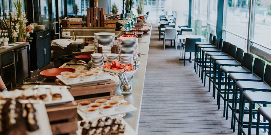 Оборудование для шведской линии в ресторане, гостинице, отеле, столовой. Отель Semarah Lielupe, Латвия, Юрмала. На фото шведский стол ресторана.