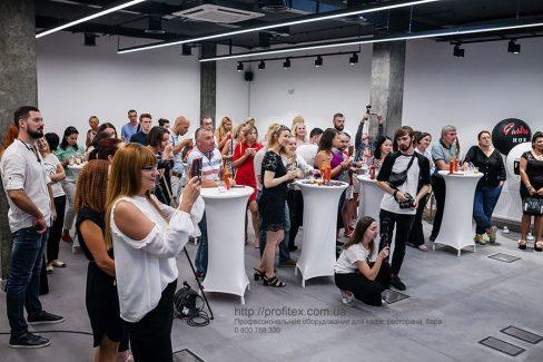 Профессиональное оборудование для кулинарных курсов, кулинарной студии. Гастрономическая лаборатория GastroHub, Украина, Киев. На фото мастер-класс - презентация в GastroHub.