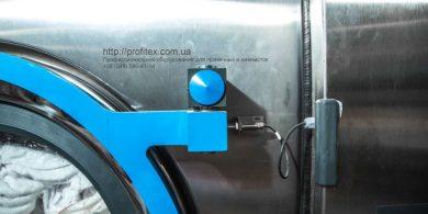 Комплексное оснащение прачечной и химчистки. Индустриальная прачечная. На фото крепление дверцы загрузки выгрузки белья профессиональной стиральной машины JENSEN JWE 110/250.