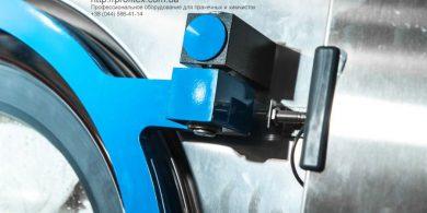 Стиральные машины профессиональные промышленные. Индустриальная прачечная. На фото крепление дверцы загрузки выгрузки белья профессиональной стиральной машины JENSEN JWE 110/250.