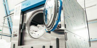 Проектирование коммерческой прачечной. Индустриальная прачечная. На фото профессиональная стиральная машина JENSEN JWE 110/250.