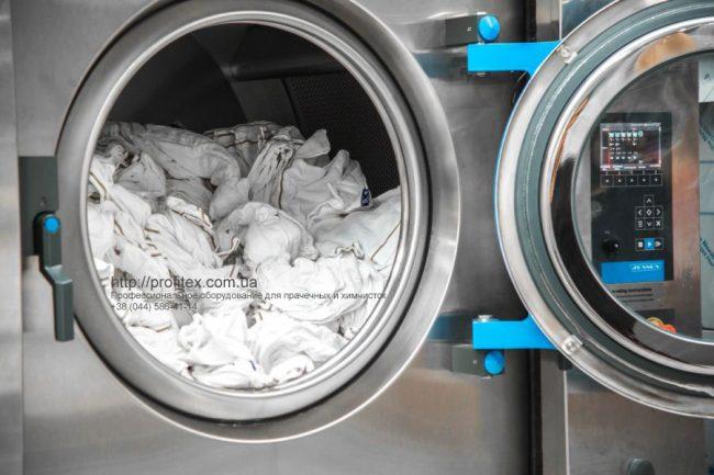 Профессиональные стиральные машины большой загрузки. Индустриальная прачечная. На фото профессиональная стиральная машина JENSEN JWE 110/250.