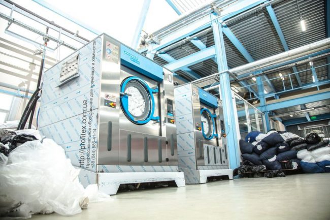 Оборудование JENSEN для прачечных и химчисток. Индустриальная прачечная. На фото профессиональные стиральные машины JENSEN JWE 110/250.