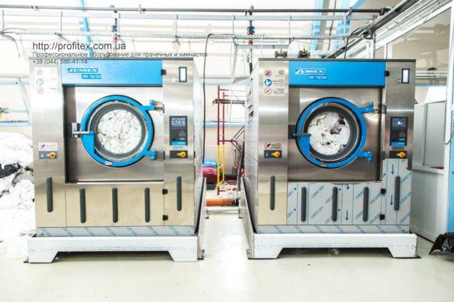 Оборудование для прачечных и химчисток. Индустриальная прачечная. На фото профессиональные стиральные машины JENSEN JWE 110/250.