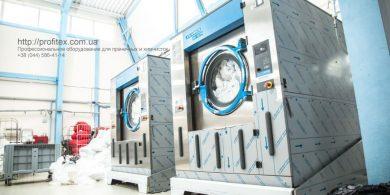 Промышленная стиральная машина для прачечной и химчистки. Индустриальная прачечная. На фото профессиональные стиральные машины JENSEN JWE 110/250.