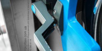 Прачечное оборудование для химчистки и промышленной прачечной. Индустриальная прачечная. На фото ручка дверцы загрузки выгрузки белья профессиональной стиральной машины JENSEN JWE 110/250.