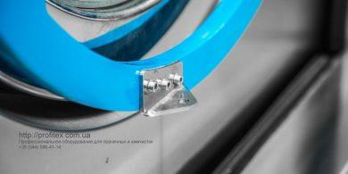 Проект прачечной под ключ от PROFITEX. Индустриальная прачечная. На фото крепление дверцы загрузки выгрузки белья профессиональной стиральной машины JENSEN JWE 110/250.