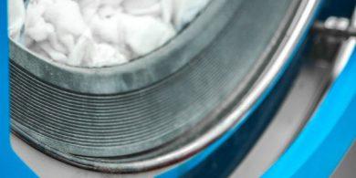 Оснащение прачечной и химчистки профессиональным прачечным оборудованием. Индустриальная прачечная. На фото дверца загрузки выгрузки белья профессиональной стиральной машины JENSEN JWE 110/250.