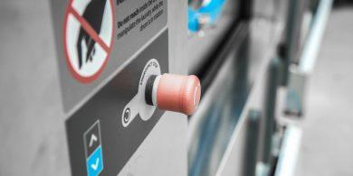 Технологический проект прачечной и химчистки. Индустриальная прачечная. На фото аварийная кнопка остановки профессиональной стиральной машины JENSEN JWE 110/250.