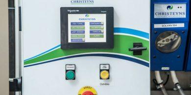 Моющие химические средства для прачечных. Индустриальная прачечная. На фото дозирующая система для химии Christeyns.
