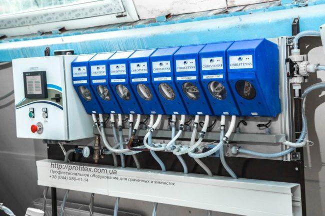 Профессиональные моющие средства для прачечной и химчистки. Индустриальная прачечная. На фото дозирующая система для химии Christeyns.