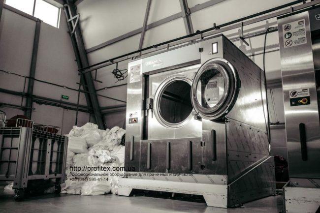 Стиральные машины промышленные. Индустриальная прачечная. На фото профессиональные стиральные машины JENSEN JWE 110/250.
