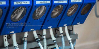 Моющие средства для промышленной прачечной и химчистки. Индустриальная прачечная. На фото дозирующая система для химии Christeyns.