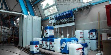 Профессиональные средства для стирки белья. Индустриальная прачечная. На фото дозирующая система для химии Christeyns.