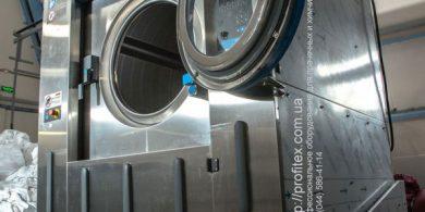 Стиральные машины для прачечных. Индустриальная прачечная. На фото профессиональная стиральная машина JENSEN JWE 110/250.