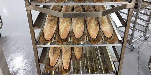 Открыть пекарню с профессиональным кухонным оборудованием от PROFITEX. Пекарня Коперше, Украина, Киев. На фото тележки шпильки для противней, производство Украина.
