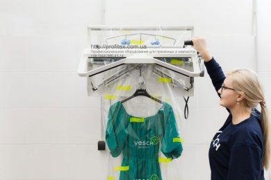 Оборудование для упаковки одежды для химчистки и аквачистки. Сеть химчисток Экочистка VESCH, Украина, Одесса. На фото упаковочная машина HAWO Германия.