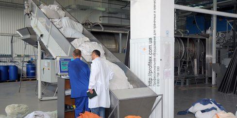 Проектирование промышленной прачечной с туннельной стиральной машиной. Промышленный прачечный комплекс БЛЕСК, Украина, Киев. На фото туннельная стиральная машина JENSEN Universal Германия.
