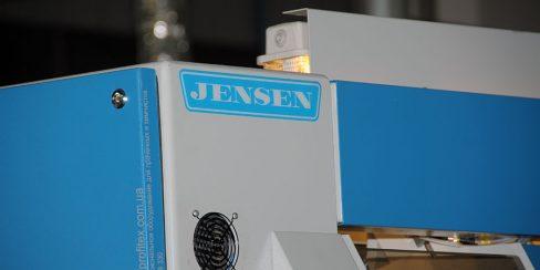 Оборудование JENSEN для промышленной прачечной, химчистки, аквачистки. Промышленный прачечный комплекс БЛЕСК, Украина, Киев. На фото многофункциональная распрямляющая машина подачи JENSEN Jenfeed Logic Plus Германия.