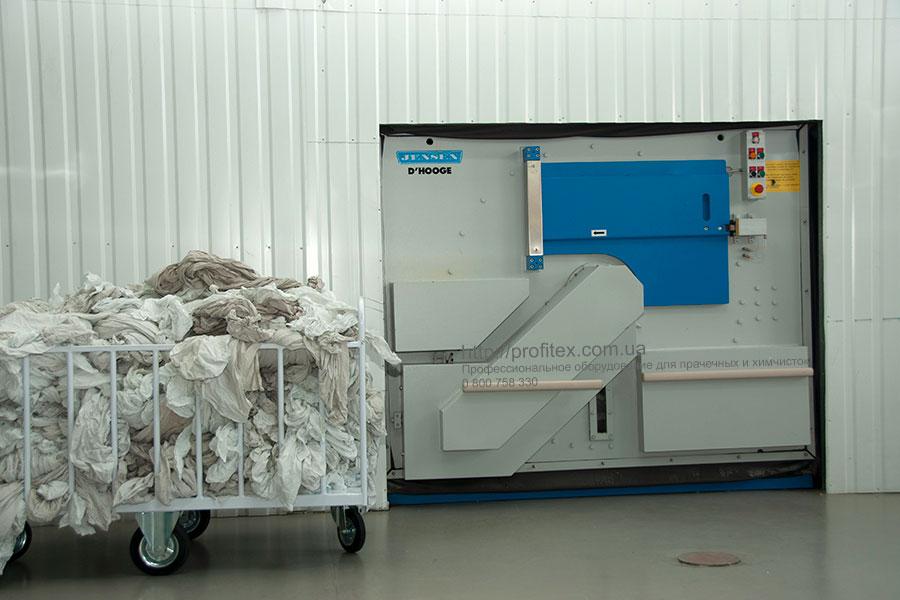 Стиральные машины промышленные для прачечной и химчистки. Промышленный прачечный комплекс БЛЕСК, Украина, Киев. На фото барьерная стиральная машина JENSEN для больничного белья, блок загрузки грязного белья.